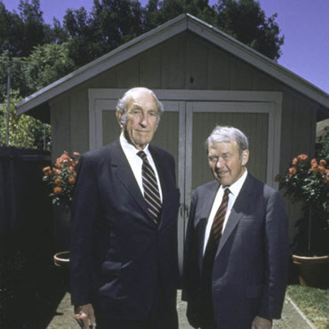 David Packard y William Hewlett con su garaje al fondo