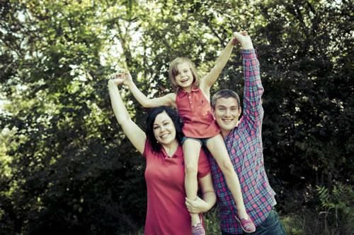 Alice, el día de la adopción, con sus nuevo padres