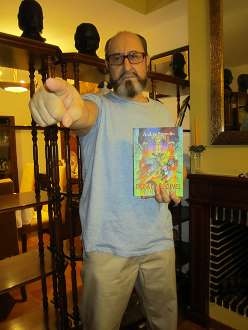 Andrés con su novela 'Diosa de Cozumel'