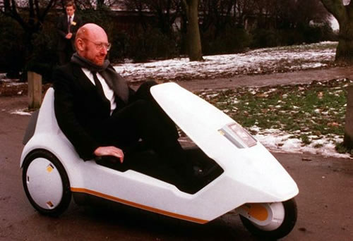 Sir Clive Sinclair en un C5