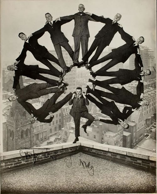 'Man on rooftop with eleven men in formation on his shoulders' (Anónimo, de 1930)