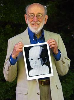 Russell Kirsch con su creación