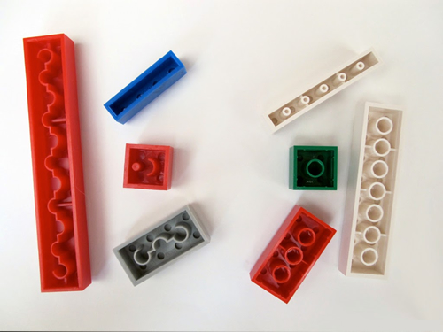 Izquierda N&B, derecha LEGO